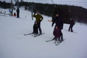 Sofia og Johannes + fædre på ski